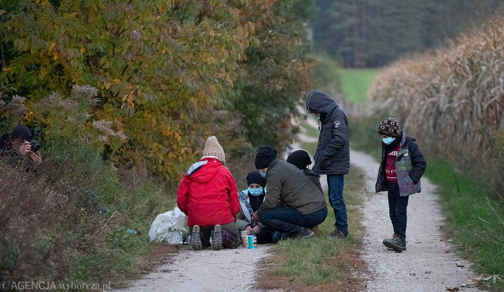 Uchodźcy. Nowa Łuplanka w gminie Michałowo. Aktywiści Fundacji Ocalenie znaleźli rodzinę migrantów - Kurda z czwórką dzieci w wieku od 4 do 11 lat. Uchodźcy zdeklarowali, że chcą się ubiegać o azyl w Polsce, wyznaczyli pełnomocnika prawnego