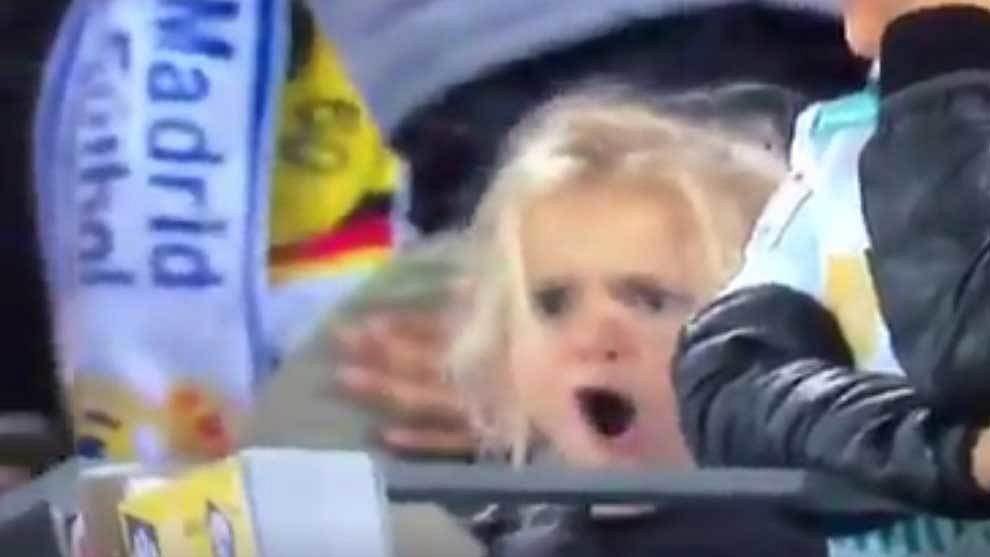 Dziewczynka cieszy się z gola Ronaldo