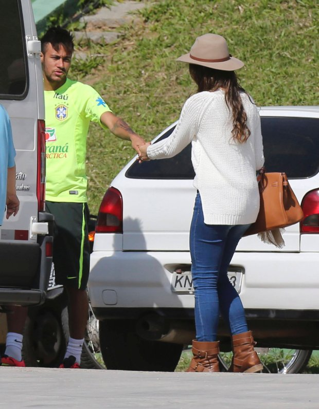 Brazil's national soccer team player Neymar holds his girlfriend Brazilian actress Bruna Marquezine's hand after a training session in Teresopolis near Rio de Janeiro June 1, 2014. REUTERS/Marcelo Regua (BRAZIL - Tags: SPORT SOCCER WORLD CUP ENTERTAINMENT)
