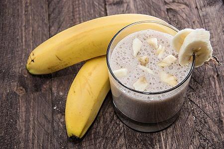 Smoothie bananowo-czekoladowe. Szybki przepis na energetyczny koktajl [WIDEO]