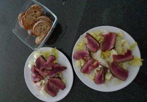 Sałata z serem pleśniowym i grillowanym stekiem