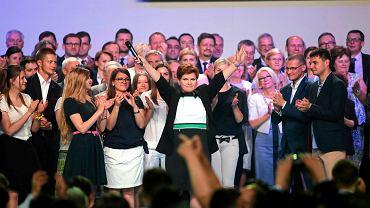 Beata Szydło, kandydatka PiS na premiera, wczoraj z ekspertami Zjednoczonej Prawicy podczas finału konwencji programowej PiS w Katowicach
