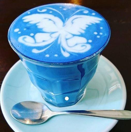 Niebieska spirulina nadaje kawie piękny kolor i czyni ją nieco zdrowszym napojem.