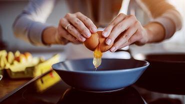 Jak poprawnie rozbić jajko? Uderz skorupką w płaską powierzchnię zamiast stukać o brzeg miski