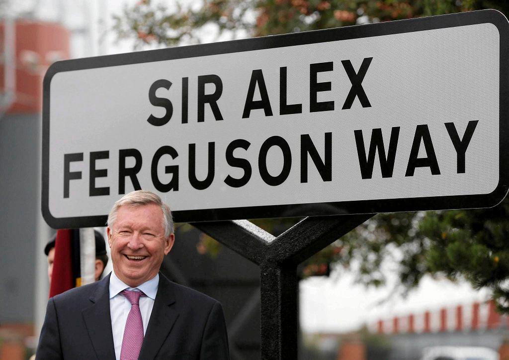 Alex Ferguson na tle tablicy z nazwą