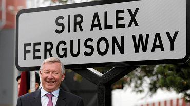 """Alex Ferguson na tle tablicy z nazwą """"swojej"""" ulicy"""