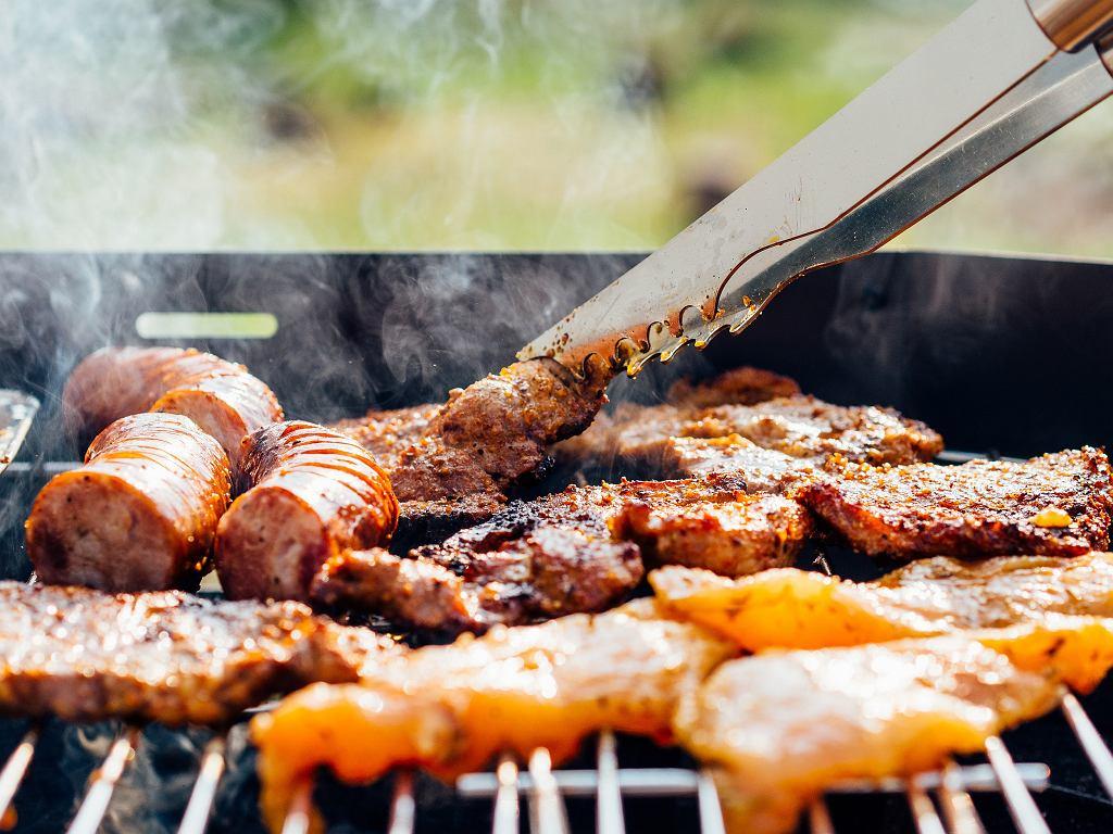 Kiełbasy, karkówki, ewentualnie kurczak - te mięsa królują na polskim grillu (fot. pexels.com)