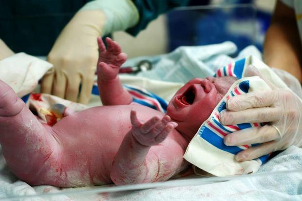 60 sekund. Tyle wystarczy, by dzięki prostej procedurze uratować życie dziesiątkom tysięcy noworodków