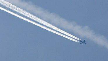 Biała kreska na niebie za samolotem to smuga kondensacyjna