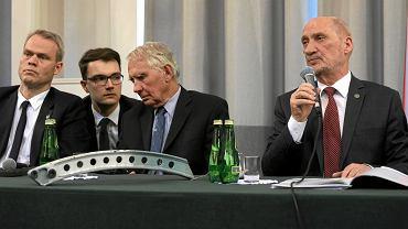 Glenn Jorgensen (pierwszy z lewej) i poseł Antoni Macierewicz (z prawej) podczas prezentacji 'raportu technicznego' podkomisji Macierewicza, 11 kwietnia 2018 r.