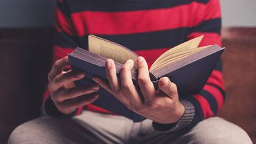 )Closeup,On,A,Man,Reading,A,Big,Heavy,Book