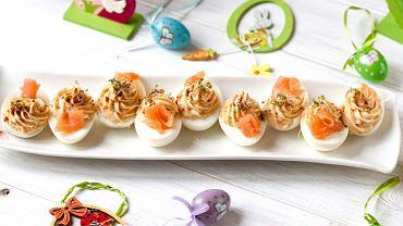 Jajka faszerowane łososiem. Zdjęcie ilustracyjne