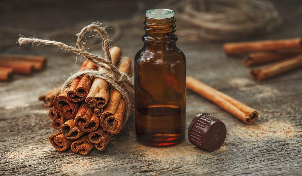 Olejek cynamonowy stosuje się z powodzeniem w wielu dziedzinach. Zdjęcie ilustracyjne, Bukhta Ihor/shutterstock.com