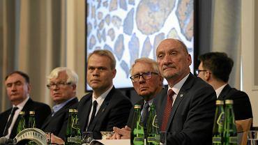 Prezentacja  raportu technicznego podkomisji Macierewicza. W środku: duński ekspert Glenn Jorgensen, 2018 r.