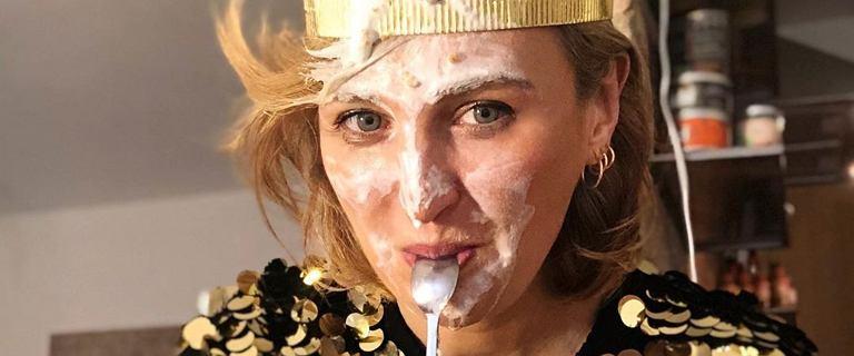 Wystrojona Reni Jusis świętuje urodziny z koroną na głowie