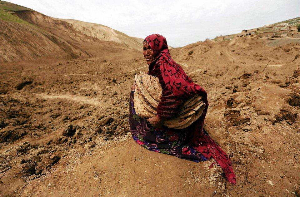 Ponad dwa tysiące osób zginęło w piątek pod lawiną błota w afgańskiej wiosce Abi Barik, w prowincji Badachszan na północnym wschodzie kraju. Piątek to dla muzułmanów dzień wolny, dlatego w zasypanych domach znajdowały się głównie kobiety i dzieci. Część mężczyzn przebywała w tym czasie poza wsią, pasąc stada owiec. Zdjęcie przedstawia kobietę opłakującą bliskich, którzy zaginęli pod błotną lawiną. 04.05.2014 r.