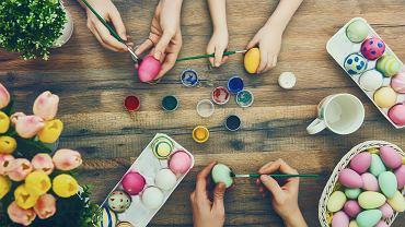 Jajko farbowane na jeden kolor można zrobić za pomocą kilku metod. Zdjęcie ilustracyjne, Yuganov Konstantin/shutterstock.com