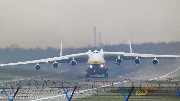 lądowanie Antonowa AN 225 Mrja ze sprztem do walki z koronawirusem