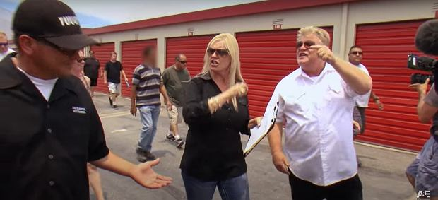 Dan i Laura podczas sprzeczki z Hesterem.
