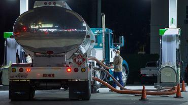 Ceny amerykańskiej ropy WTI z dostawą pod koniec maja spadły do minus 37,6 dol.