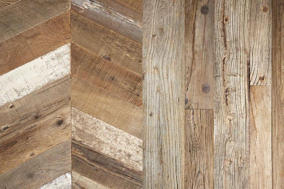 Drewniana podłoga z odzysku.