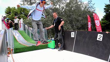 Skoki narciarskie były jedną z atrakcji niedzielnego Pikniku Olimpijskiego. 14. edycja imprezy odbyła się w parku Kępa Potocka. Na zdjęciu Piotr Żyła podczas skoku