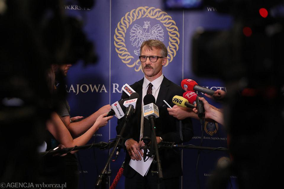 23.08.2018, przewodniczący KRS Leszek Mazur na konferencji prasowej po zakończeniu przesłuchań kandydatów na sędziów do Izby Dyscyplinarnej Sądu Najwyższego.