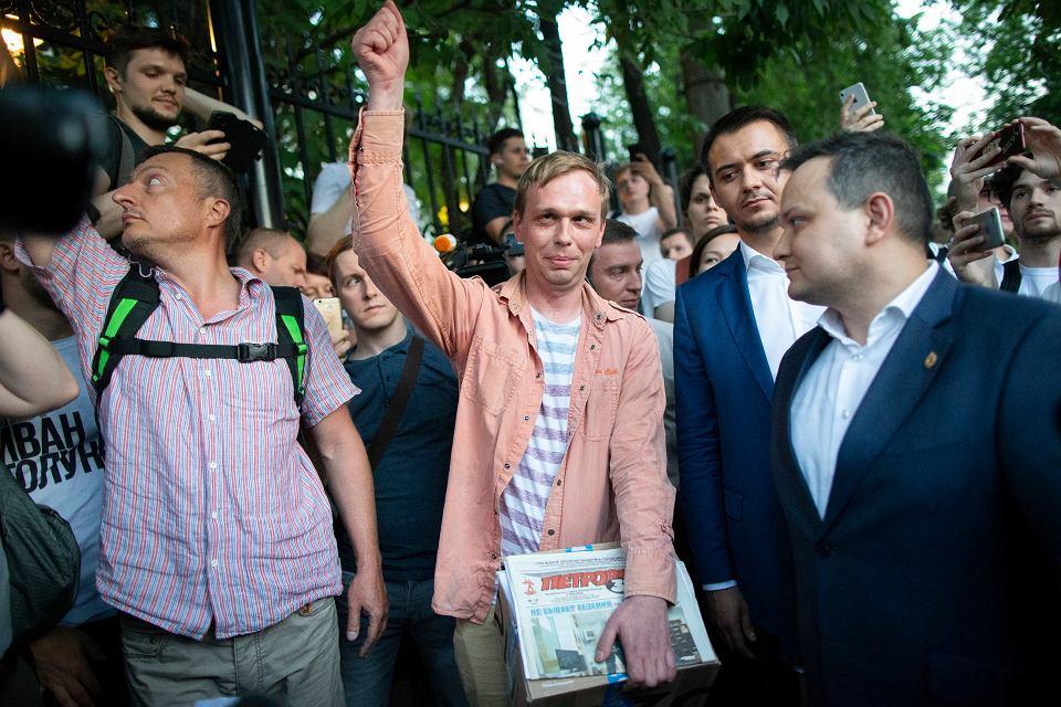 11.06.2019, Moskwa, dziennikarz śledczy Iwan Gołunow wychodzi z aresztu.