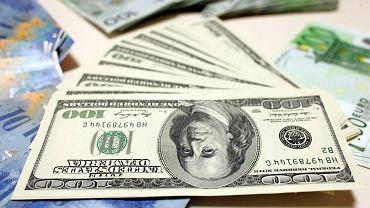 Kursy walut 21.04. Euro i funt stabilnie, dolar w górę [Kurs dolara, funta, euro, franka]
