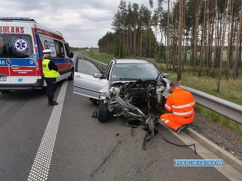 Kierowca złamał dożywotni zakaz prowadzenia pojazdów. Z jego auta wypadł silnik