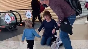 Dziecko po ośmiu miesiącach zobaczyło dziadków. Jego reakcja wzruszyła internautów