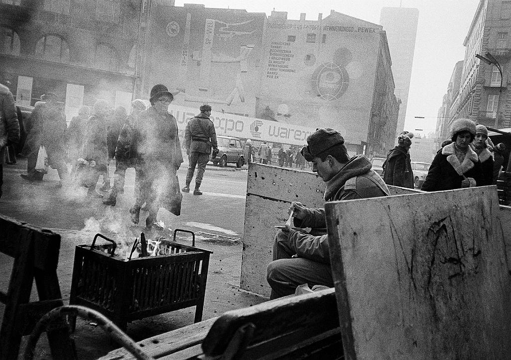 Zdjęcie zrobione przez dziurkę w rękawiczce. Posterunek w Warszawie, zaopatrzony w koksownik, aby milicjanci i żołnierze mogli się ogrzać i zjeść posiłek. (fot. Tomasz Tomaszewski i Małgorzata Niezabitowska)