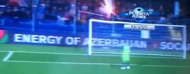 Skandaliczny przebieg miał mecz Czarnogóry z Rosją. Spotkanie zostało przerwane już po 20. sekundach, gdy bramkarz gości - Igor Akinfiejew - został trafiony racą rzuconą z trybun. Mecz próbowano dokończyć, lecz przerwano go na dobre w 68. minucie. Co dalej? O tym zdecyduje w najbliższych dniach UEFA.