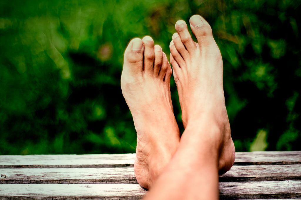Metatarsalgia Mortona objawia się przewlekłym bólem stopy w okolicy śródstopia