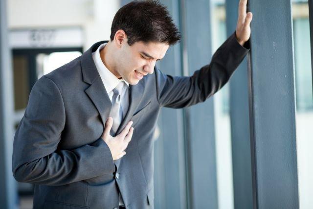 Młody wiek nie jest wystarczającym powodem, by lekceważyć ból w klatce piersiowej. Nawet dzieci chorują na serce, a astma u kilkulatka niejednokrotnie objawia się właśnie nie tylko dusznością, ale i dyskomfortem w mostku