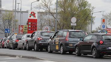Pandemia koronawirusa. Najtańsze paliwo w Warszawie, stacja na ul. Modlińskiej, 22 kwietnia 2020