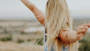 Miodowanie włosów. To idealny sposób na ich głębokie odżywienie
