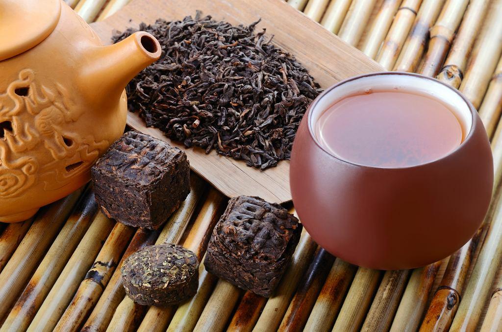 Czerwona herbata wspomaga odchudzanie. Na Dalekim Wschodzie parzy się ją w tradycyjny sposób.
