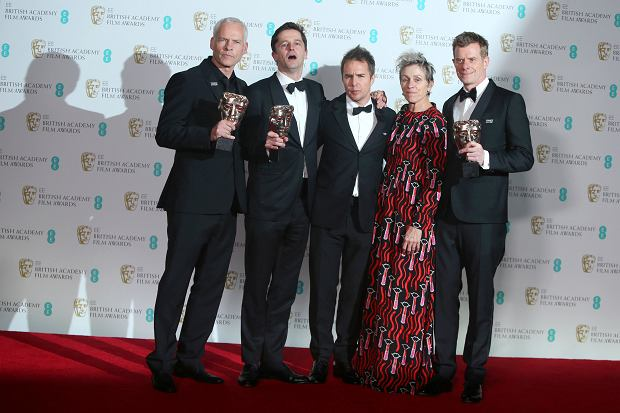 Reżyser Martin McDonagh (l), producent Peter Czernin (l), aktor Sam Rockwell, aktorka Frances McDormand i producent Graham Broadbent (p) z nagrodami BAFTA 2018 dla najlepszego filmu brytyjskiego za 'Trzy bilboardy za Ebbing, Missouri'. Londyn,  18 lutego 2018