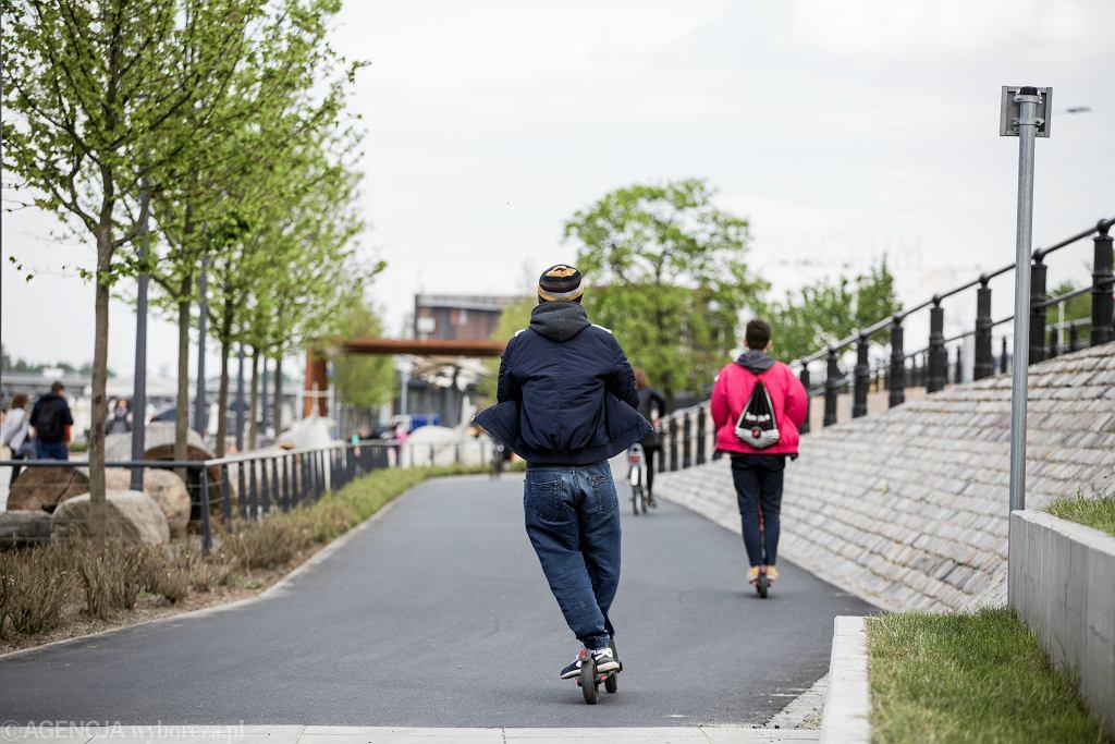 Użytkownicy elektrycznych hulajnóg na Bulwarach Wiślanych w Warszawie, 8 maja 2019