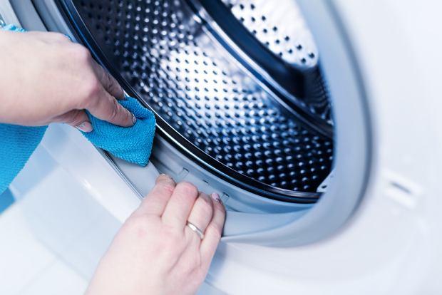 Jak wyczyścić pralkę domowymi sposobami? Najlepiej octem i sodą