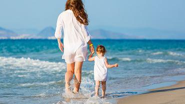 Mama spaceruje z córką
