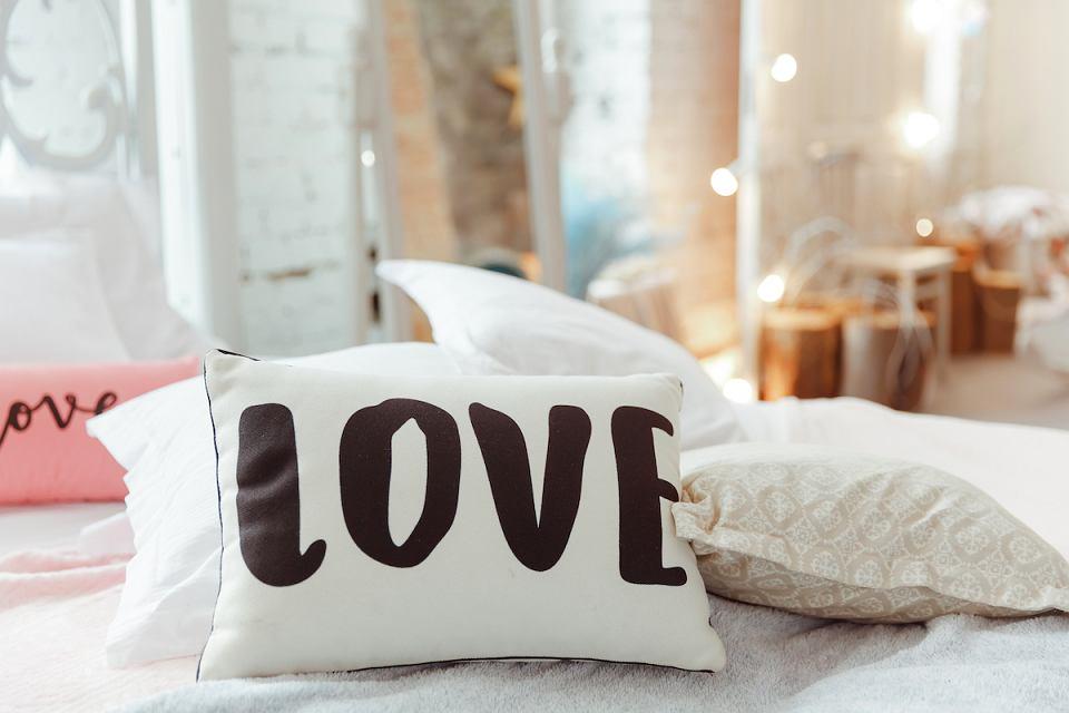Poduszki z napisami podkreślają charakter wnętrza.