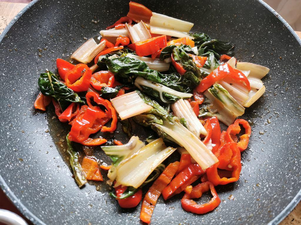 Pak choj z papryką i grzybów shiitake