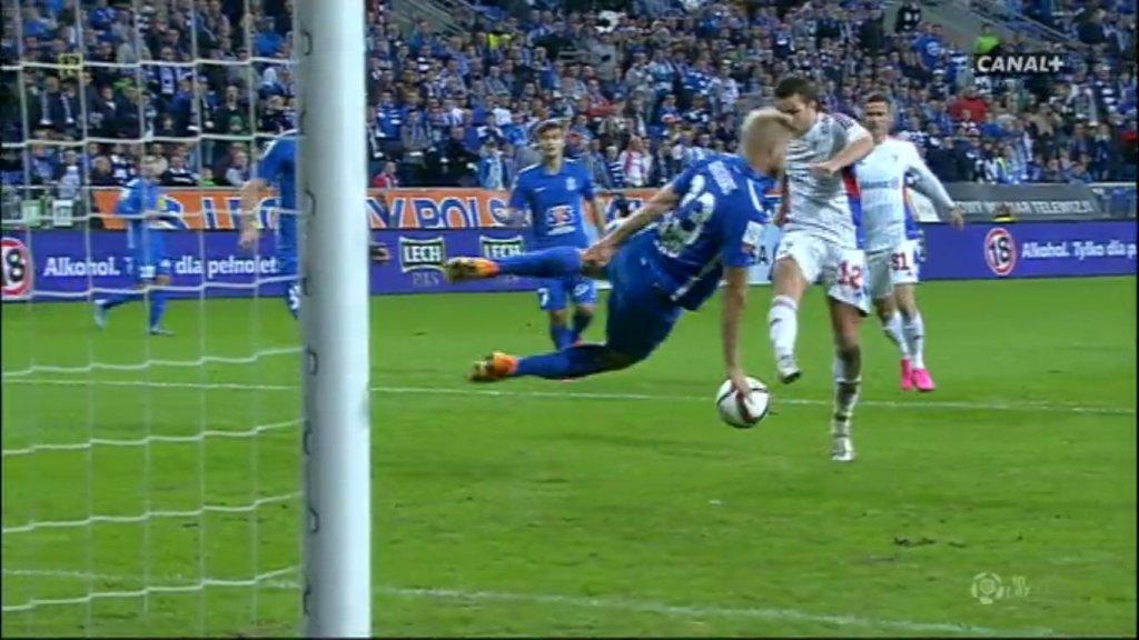 Fragment meczu Lech Poznań - Górnik Zabrze 1:1. Paulus Arajuuri zagrywa ręką