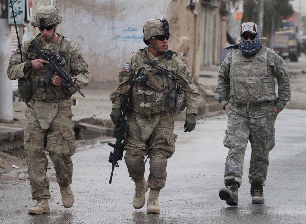 03.01.2012 Afganistan, Kandahar. Amerykańscy żołnierze i afgański tłumacz podczas patrolu.