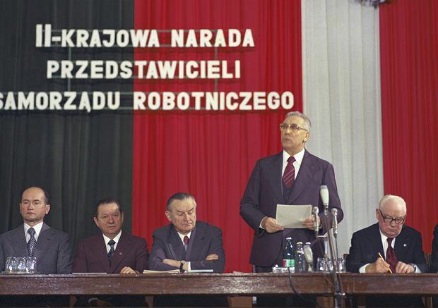 Wojciech Jaruzelski (pierwszy z lewej) oraz I sekretarz KC PZPR Edward Gierek (stoi), Edward Babiuch (drugi z lewej), premier Piotr Jaroszewicz (trzeci z lewej) oraz przewodniczący rady państwa Henryk Jabłoński 29 stycznia 1979 r. podczas II Krajowej Narady Przedstawicieli Samorządu Robotniczego w gmachu Urzędu Rady Ministrów. Niespełna trzy lata później - po wprowadzeniu stanu wojennego - Jaruzelski każe internować nie tylko Gierka, ale też Jaroszewicza i Babiucha