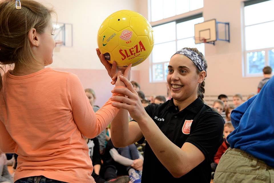 Akcja ,,Ślęza rozrusza Wrocław'' - koszykarka Marissa Kastanek w jednej ze szkół