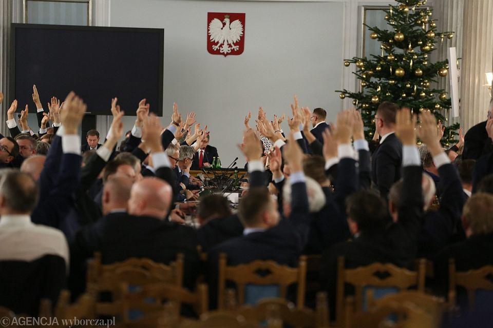 Posłowie PiS głosują w Sali Kolumnowej Sejmu (fot. Sławomir Kamiński/AG)
