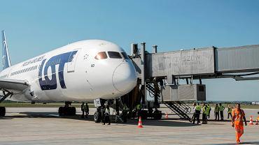 Samolot Boeing 787 linii LOT na lotnisku w Rzeszowie.